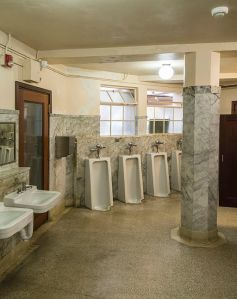 Men's Room - Vista House, Crown Point, OR via Acroterion | Wikimedia Commons